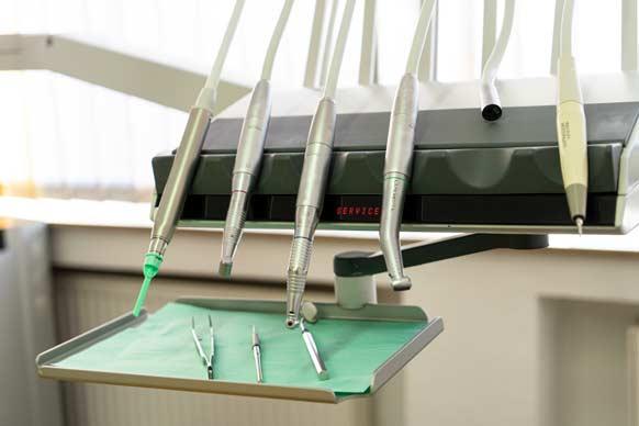 Instrumente wie Böhrer, Pinzette,… sind zu sehen