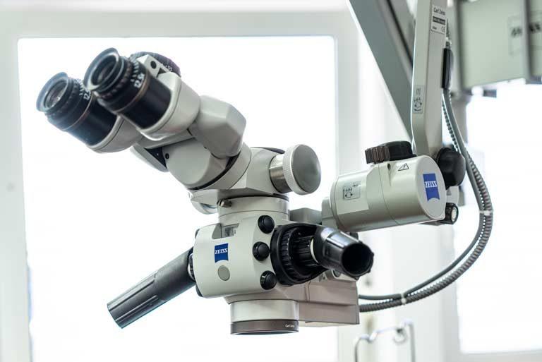 Mirkroskop mit großem Schwenkarm im Behandlungszimmer der Praxis ist zu sehen