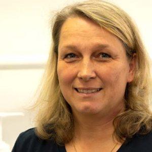 Prophylaxehelferin Kerstin Ott lächelt frontal in die Kamera, ihre Haare sind blond und schulterlang