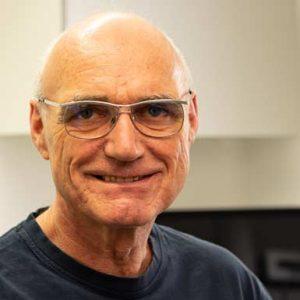 Zahnarzt Wolfram Markert lächelt frontal in die Kamera; er trägt eine Brille