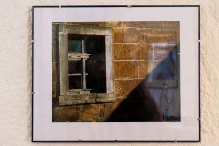 Wand mt Bilderrahmen, Bild zeigt eine Scheunenhauswand